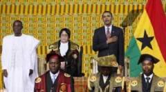 Barack Obama, mano sul cuore, tipico saluto massonico in visita nel Ghana.jpg