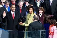 Barack Obama giura sulla Bibbia, dimostrazione che gli Usa sono una teocrazi.jpg