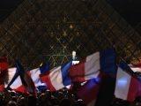 Macron parla e festeggia la vittoria elettorale con la piramide massonica alle spalle posta davanti al Louvre