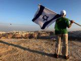 Israeliano con bandiera