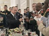 Putin brinda all'accademia militare - AP