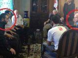 McCain-durante-una-riunione-svoltasi-nel-nord-della-Siria-nell'estate-2013--A-sinistra-il-leader-dell'Isis-Abu-Bakr-al-Baghdadi